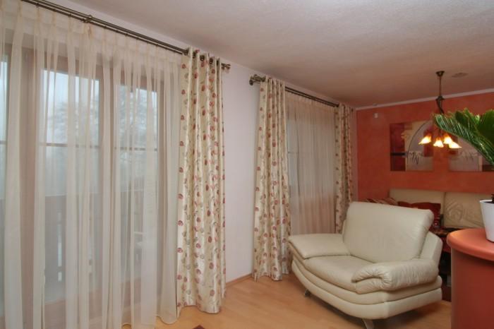 IDEÁLNÍ STAV je, když shrnuté závěsy vůbec nezasahují do okna - stejně, jako v tomto interiéru.